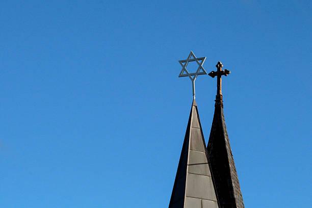 side by side türme mit kreuz und star of david - kirchturmspitze stock-fotos und bilder