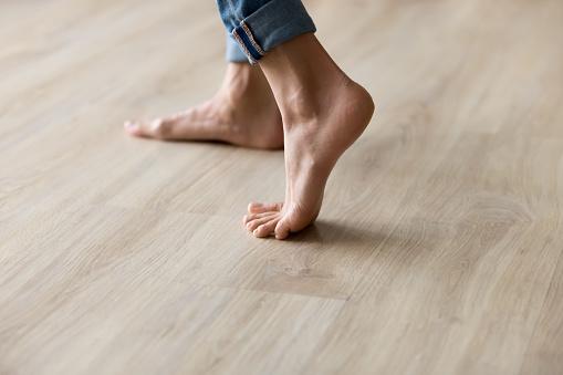 사이드 클로즈업 뷰 여성 발은 따뜻한 나무 바닥에 서 가냘픈에 대한 스톡 사진 및 기타 이미지