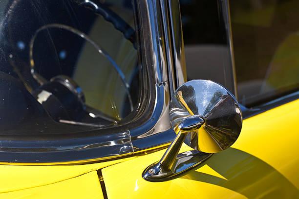 Espelho lateral de um carro amarelo Vintage Classic - foto de acervo
