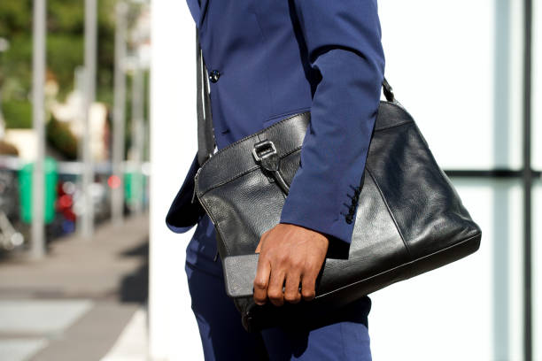 Seitenporträt der schwarzen Geschäftsmann-Hand hält Handy – Foto