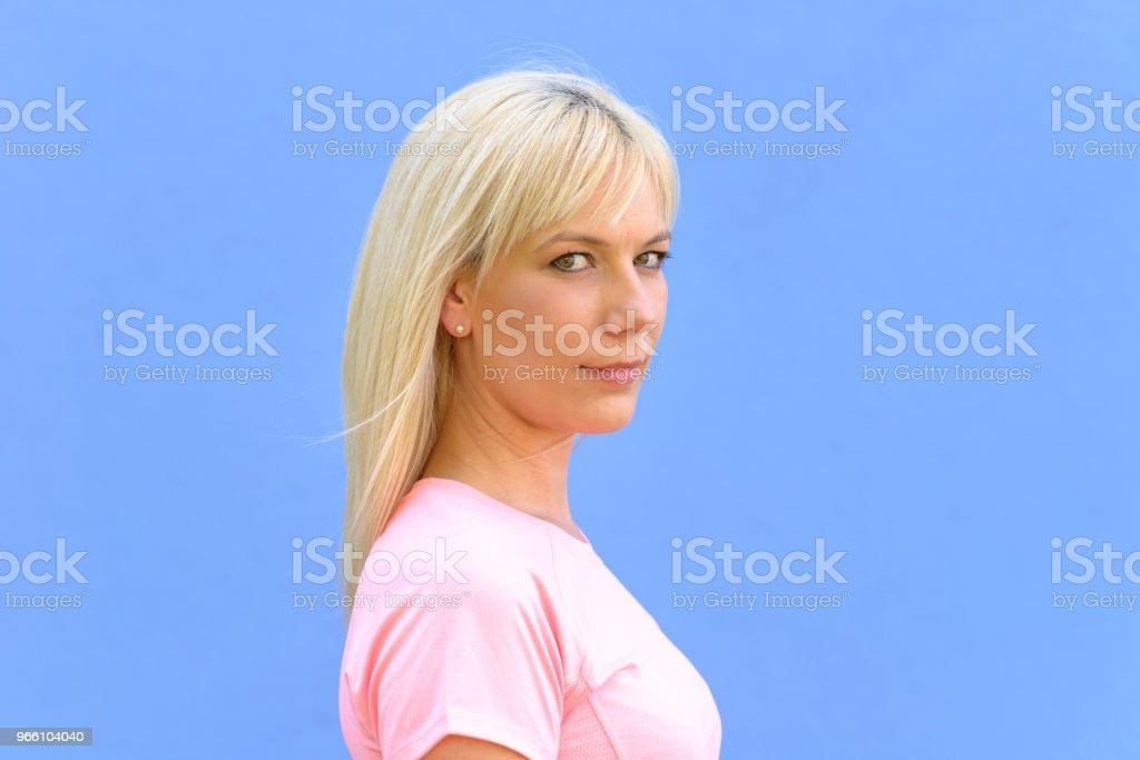 Sida porträtt av ganska ung blond kvinna - Royaltyfri Axel - Led Bildbanksbilder