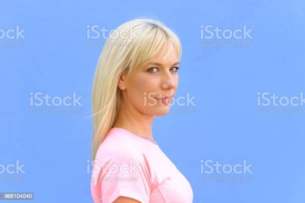 Sida Porträtt Av Ganska Ung Blond Kvinna-foton och fler bilder på Axel - Led