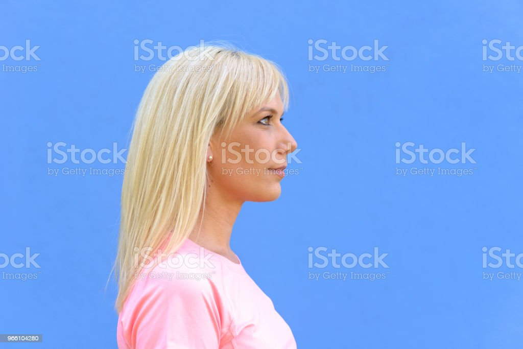 Side portrait of pretty young blond woman - Стоковые фото Взрослый роялти-фри