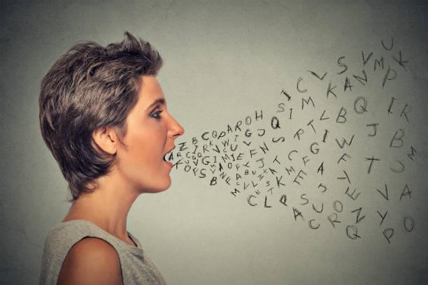 seite profil frau im gespräch mit buchstaben aus ihrem mund kommen - schöne englische wörter stock-fotos und bilder