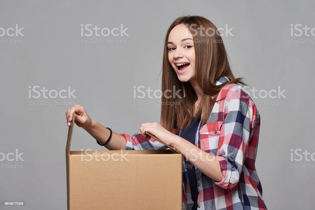 Seitenansicht eines Mädchens Büchse öffnen – Foto