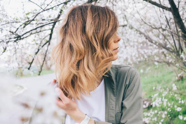 Seite Ansicht Nahaufnahme von weiblichen Frisur lange gewellte bob – Foto
