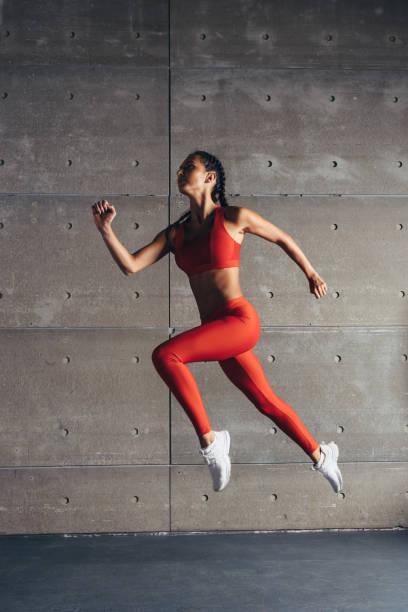 Seitenansicht passen Frau Cardio-Training zu tun. – Foto