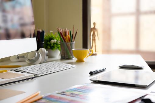 Lateral Vista Moderna De La Oficina Lugar De Trabajo Con Bloc De Notas Lápices De Colores Tableta Digital Equipo De Mañana Foto de stock y más banco de imágenes de Alegre