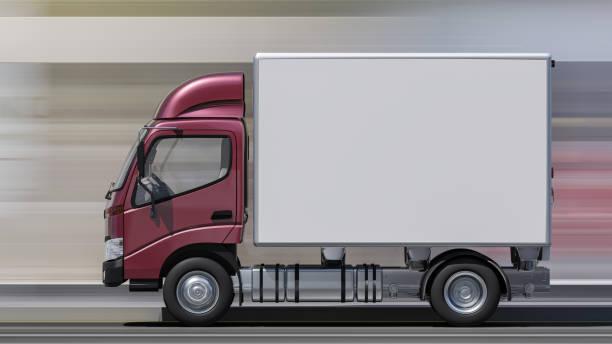 Seitenansicht eines Lieferwagens mit Maroon Cabin in Motion – Foto