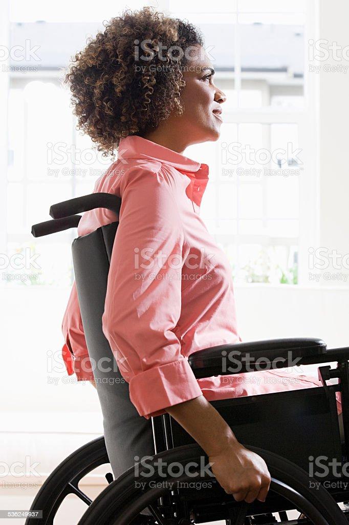 Vista lateral de uma mulher com deficiência - foto de acervo