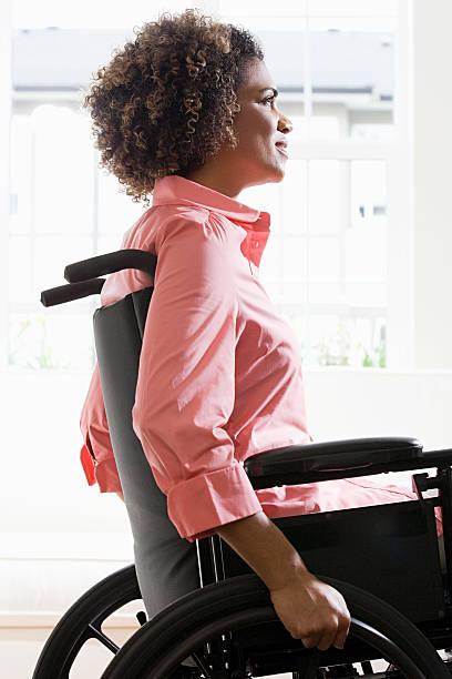vista lateral de uma mulher com deficiência - vida de estudante - fotografias e filmes do acervo