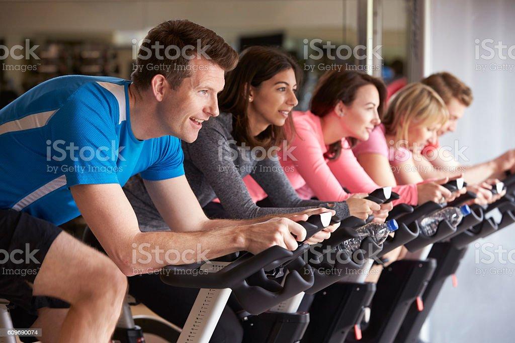 Side view of a exercising class on exercise bikes at - Lizenzfrei Aktiver Lebensstil Stock-Foto