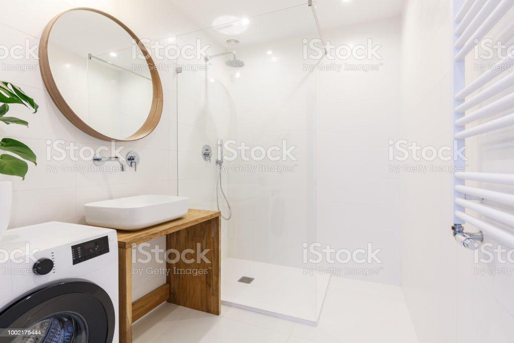 Radiator Met Spiegel : Zijaanzicht van het interieur van een moderne badkamer met een