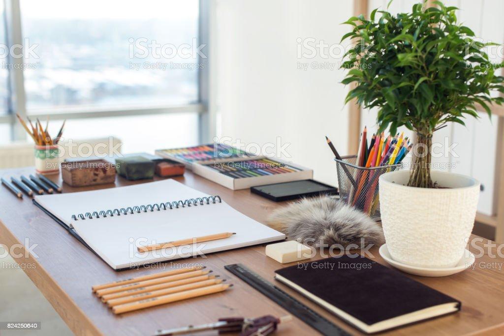 Vue latérale dun espace de travail de peintre bureau en bois avec