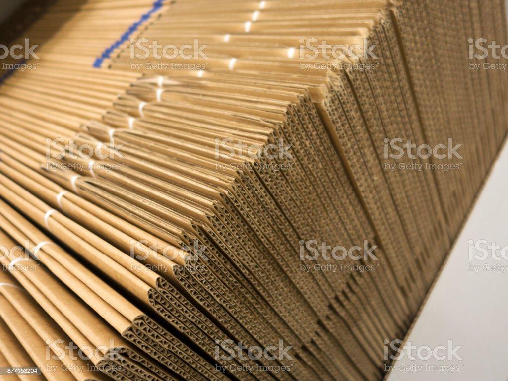 Seitenansicht von einem Haufen von Pappe – Foto