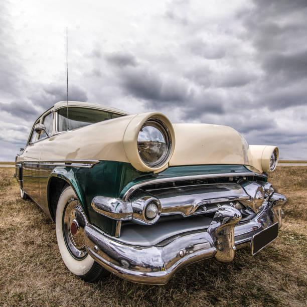 seitlicher blick auf eine harte amerikanische muscle-car. - oldtimer veranstaltungen stock-fotos und bilder