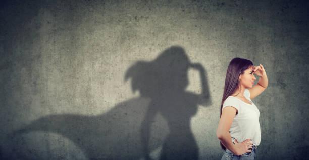 Seitenansicht einer Frau vorstellen, um ein super-Helden auf der Suche werden angestrebt. – Foto