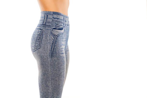 seitenansicht einer frau in leggings mit jeans drucken - druck strumpfhosen stock-fotos und bilder