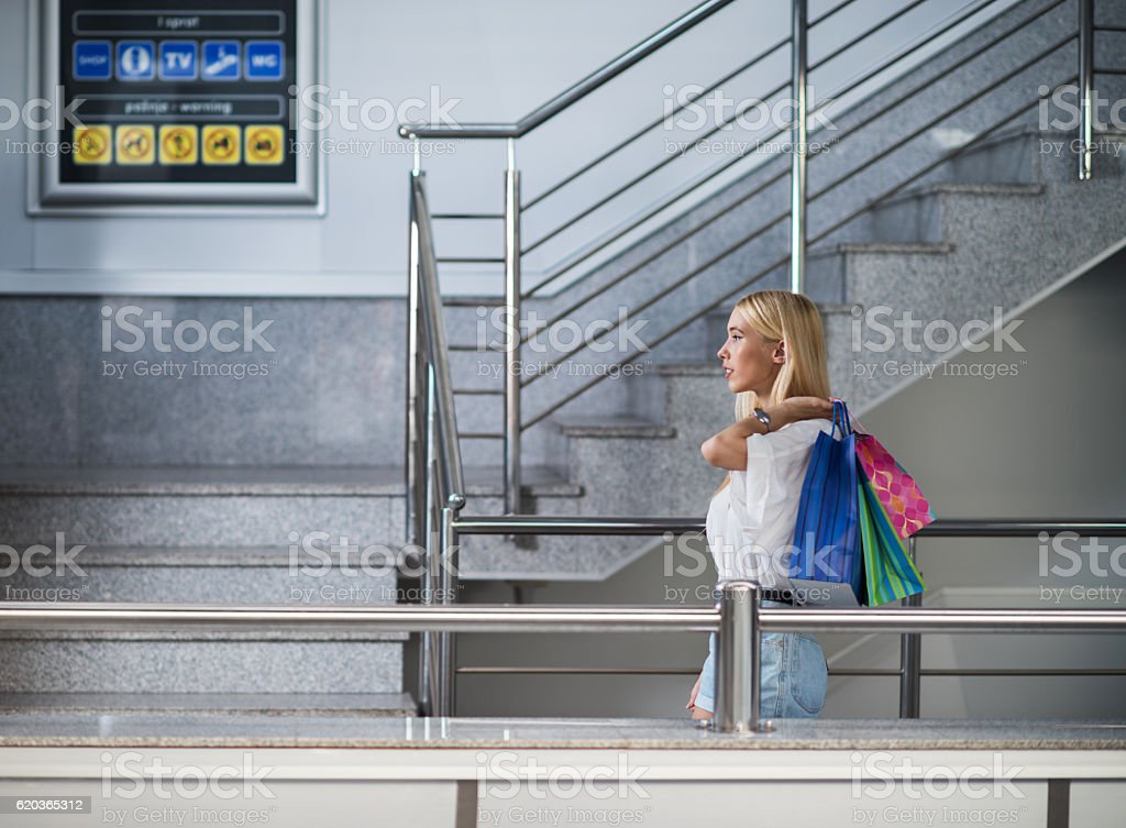 Side view of a woman walking in shopping mall. foto de stock royalty-free
