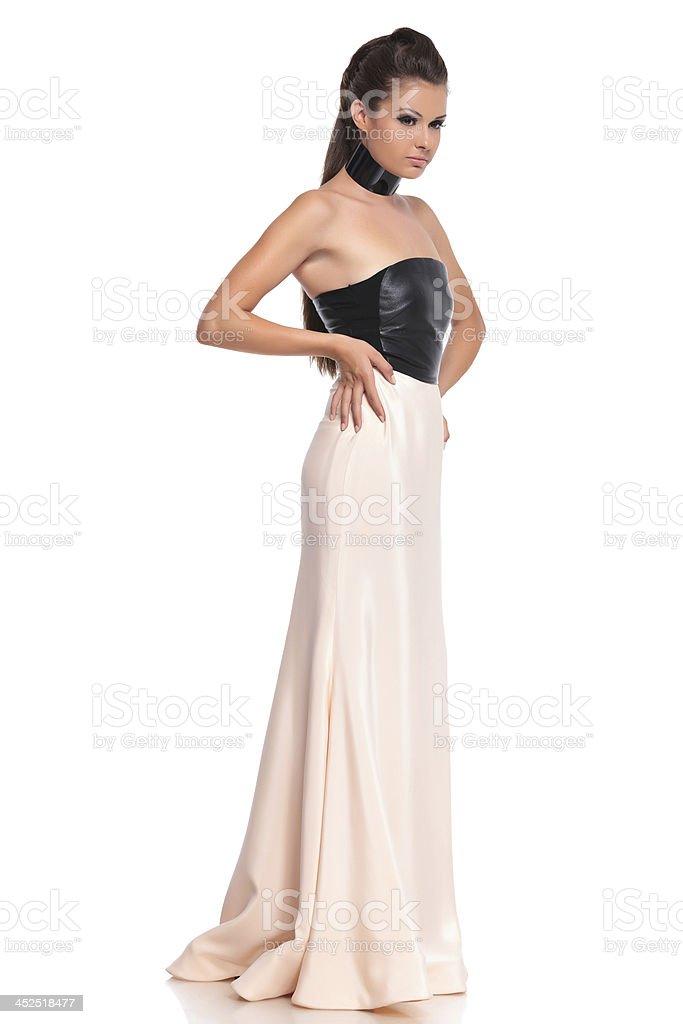 fe35f732c13 Вид сбоку молодая женщина в Длинное вечернее платье стоковые фото Стоковая  фотография