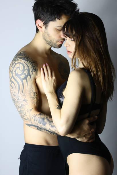 seitenansicht des acctractive sinnliche paar - ehepaar tattoos stock-fotos und bilder