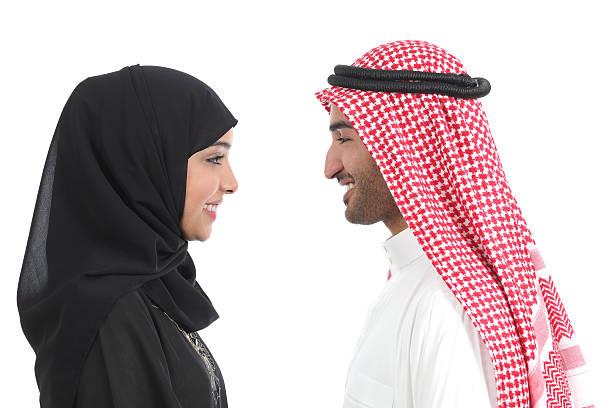 vue latérale de l'arabe couple regardant les uns les autres en arabie - mariage musulman photos et images de collection