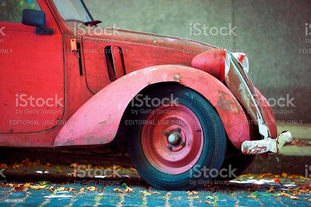 Vista lateral de um carro vermelho na rua foto royalty-free