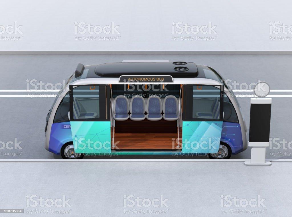 Seitenansicht des autonomen Shuttlebus warten am Busbahnhof – Foto