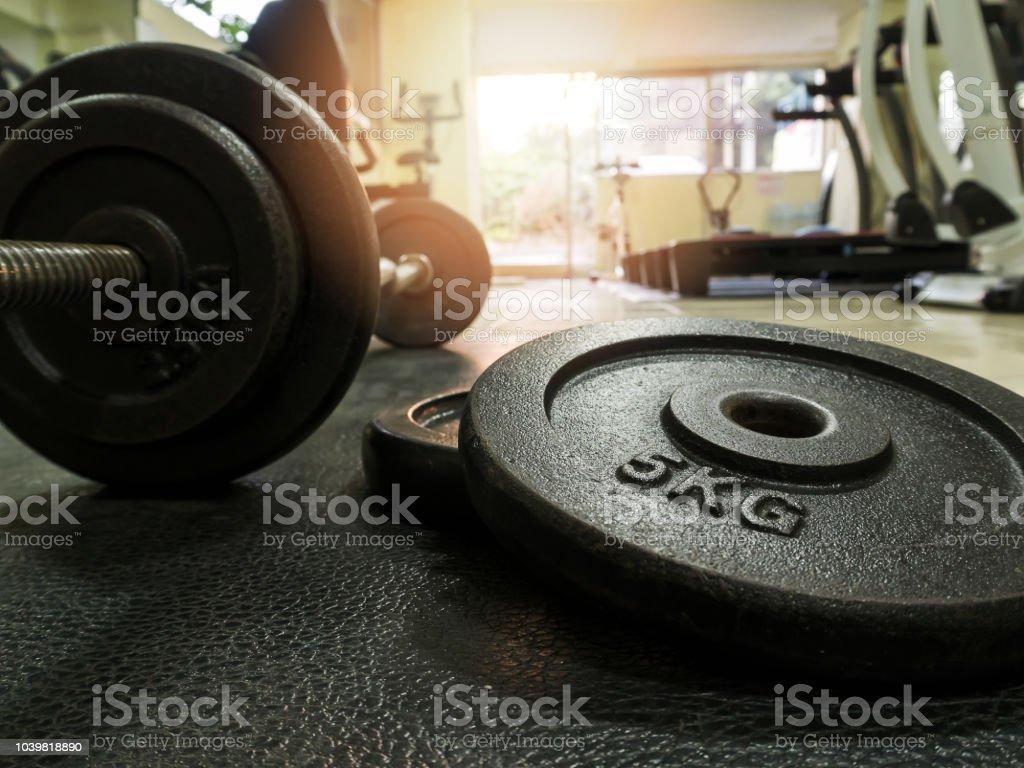 Vista lateral de la barra en el piso en gimnasio - foto de stock