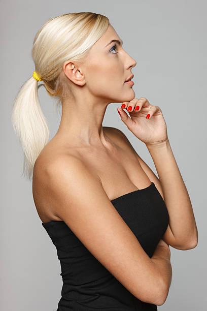 vista laterale di una bella donna con mano sul mento - mano sul mento foto e immagini stock