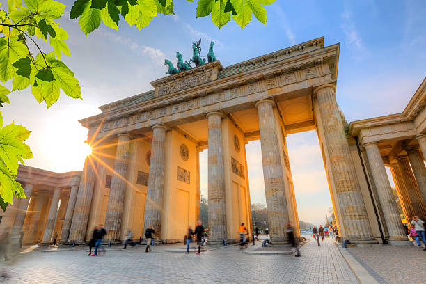 brandenburg gate bridge bei sonnenuntergang - berlin stock-fotos und bilder