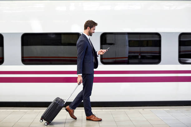 站內使用電話的商家的側面圖 - 火車站月台 個照片及圖片檔