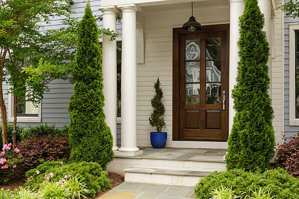 Side view of dark wood front door With white pillars, steps in the entry way front door stock pictures, royalty-free photos & images