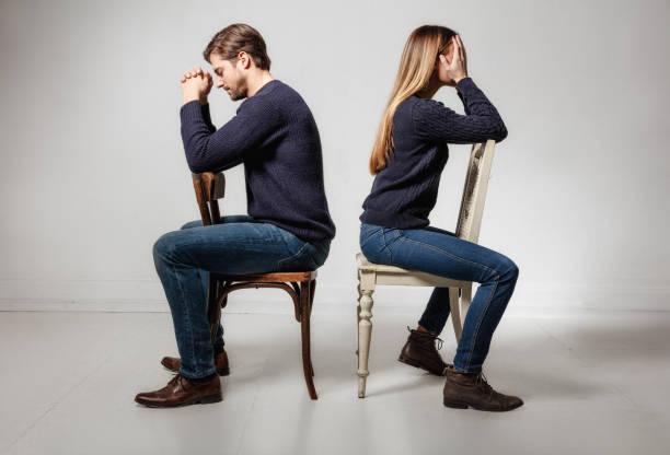 椅子に座って意気消沈したカップルに戻るの側面図 - 別れ ストックフォトと画像