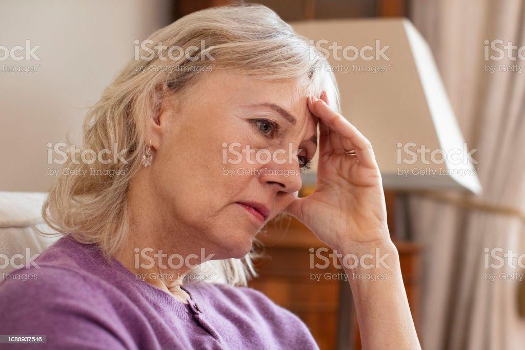 Seitenansicht der depressive ältere Frau zu Hause – Foto