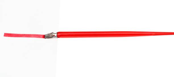 seitenansicht des tauchstiftes, der rote linie durch breite feder zeichnet - dip gefärbt stock-fotos und bilder