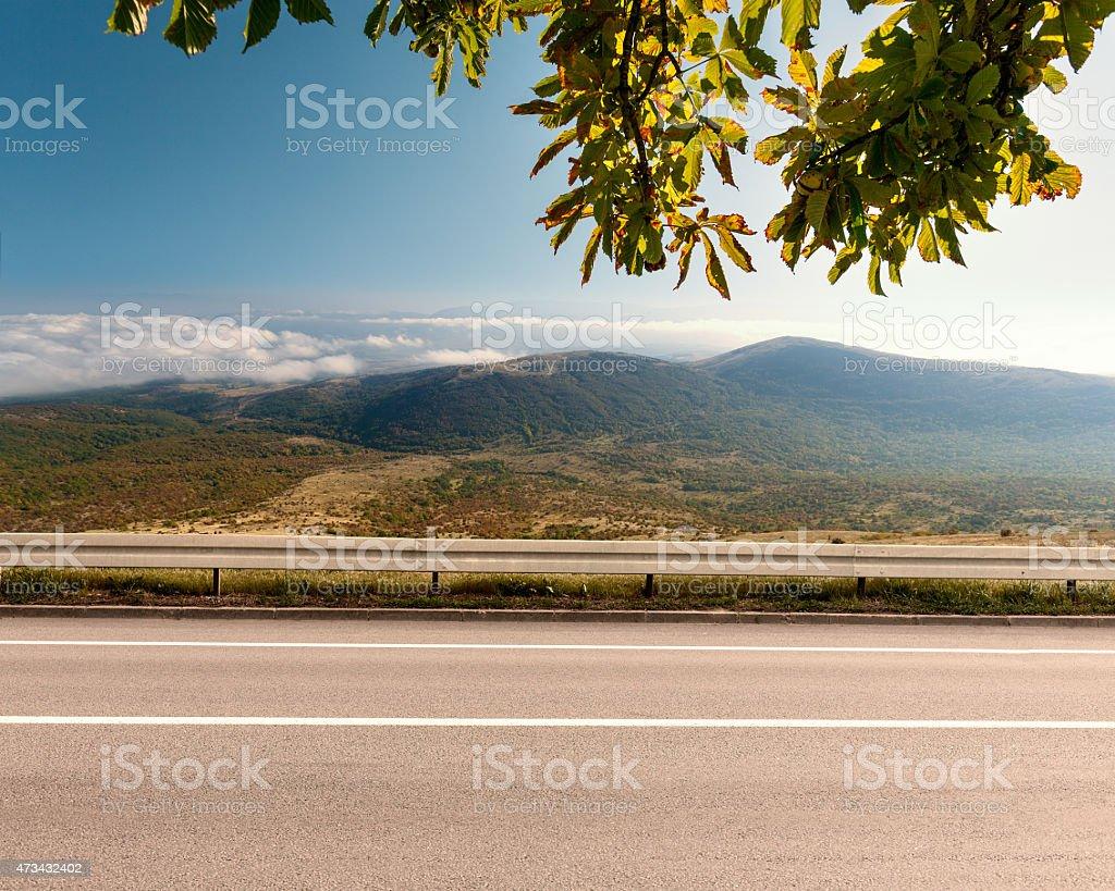 Vista lateral de la carretera de montaña vacía en - foto de stock