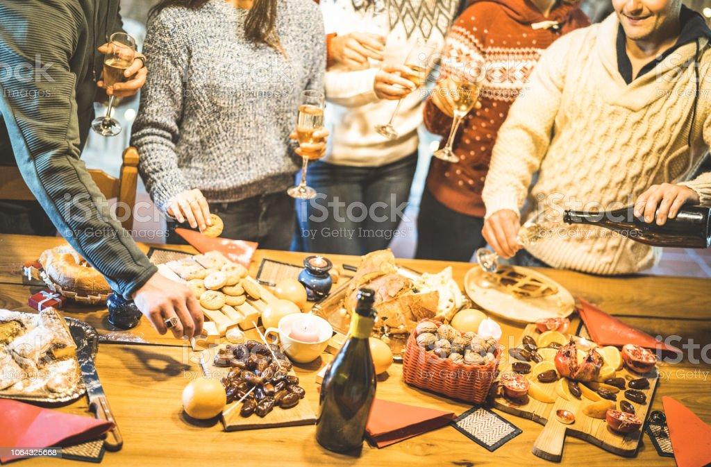 Seitenansicht der Freundesgruppe Verkostung Weihnachten Süßigkeiten essen und Spaß zu Hause trinken Champagner Sekt - Winter Urlaub Konzept mit Menschen genießen, Zeit gemeinsam essen - Warm filter – Foto