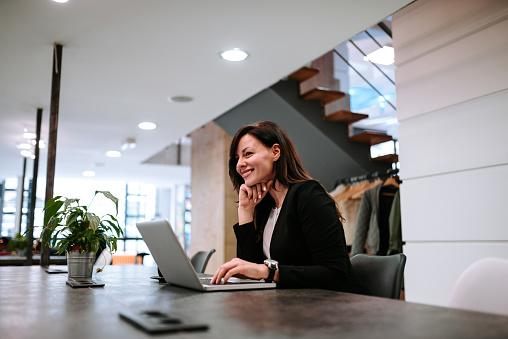 Foto de Vista Lateral Da Mulher De Negócios Feliz Usando O Laptop e mais fotos de stock de Adulto