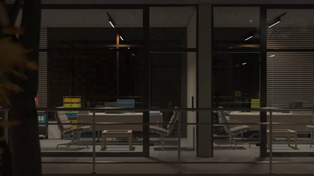 Seitenansicht der beleuchteten Büros nach Einbruch der Dunkelheit – Foto