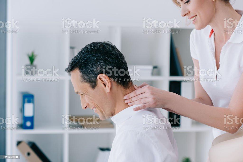Foto De Vista Lateral De Massagista Fazendo Sentado Massagem No Pescoco Para O Cliente No Escritorio E Mais Fotos De Stock De Bem Estar Istock