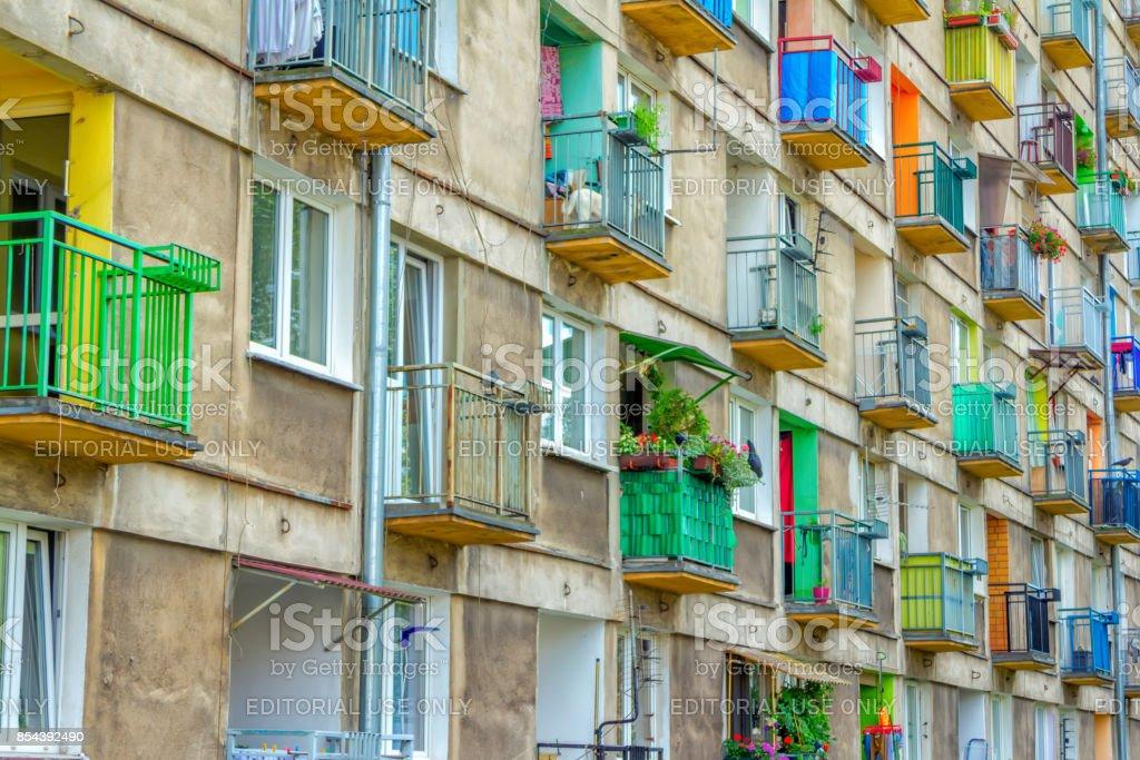 Vista lateral da velha casa apartamento fachada com varandas coloridas - foto de acervo