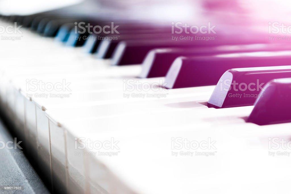 Seitenansicht des Klaviers. Nahaufnahme der Klaviertasten. Schließen Sie frontalen Ansicht. Klaviertastatur mit selektiven Fokus. Diagonal View. Klaviertastatur Perspektive. Weiche ligting – Foto