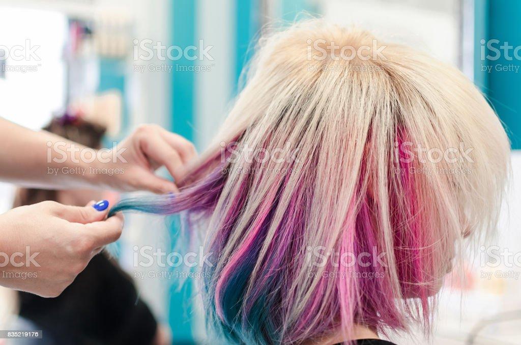 Vista lateral do cabelo arco-íris ou unicórnio - foto de acervo