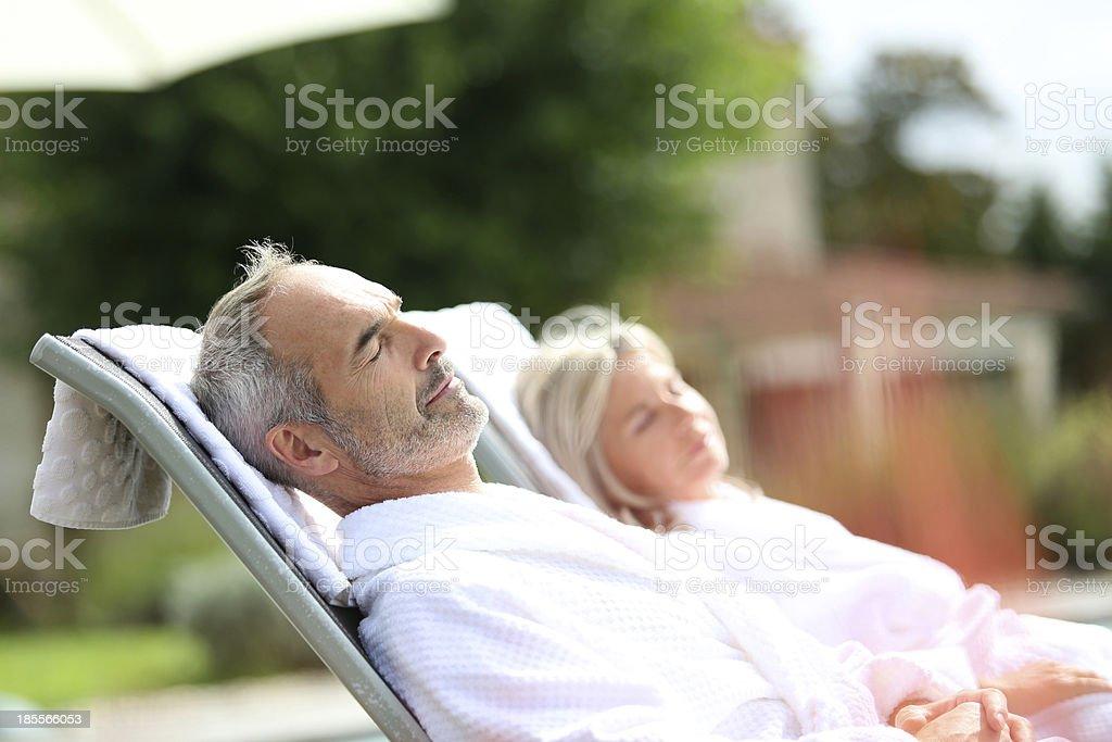 サイドの年配のカップルリラックスした祝日 ストックフォト