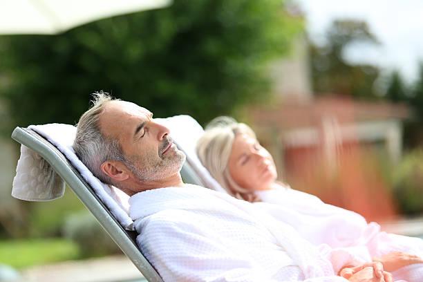 Seitenansicht des altes Paar entspannenden an Feiertagen – Foto