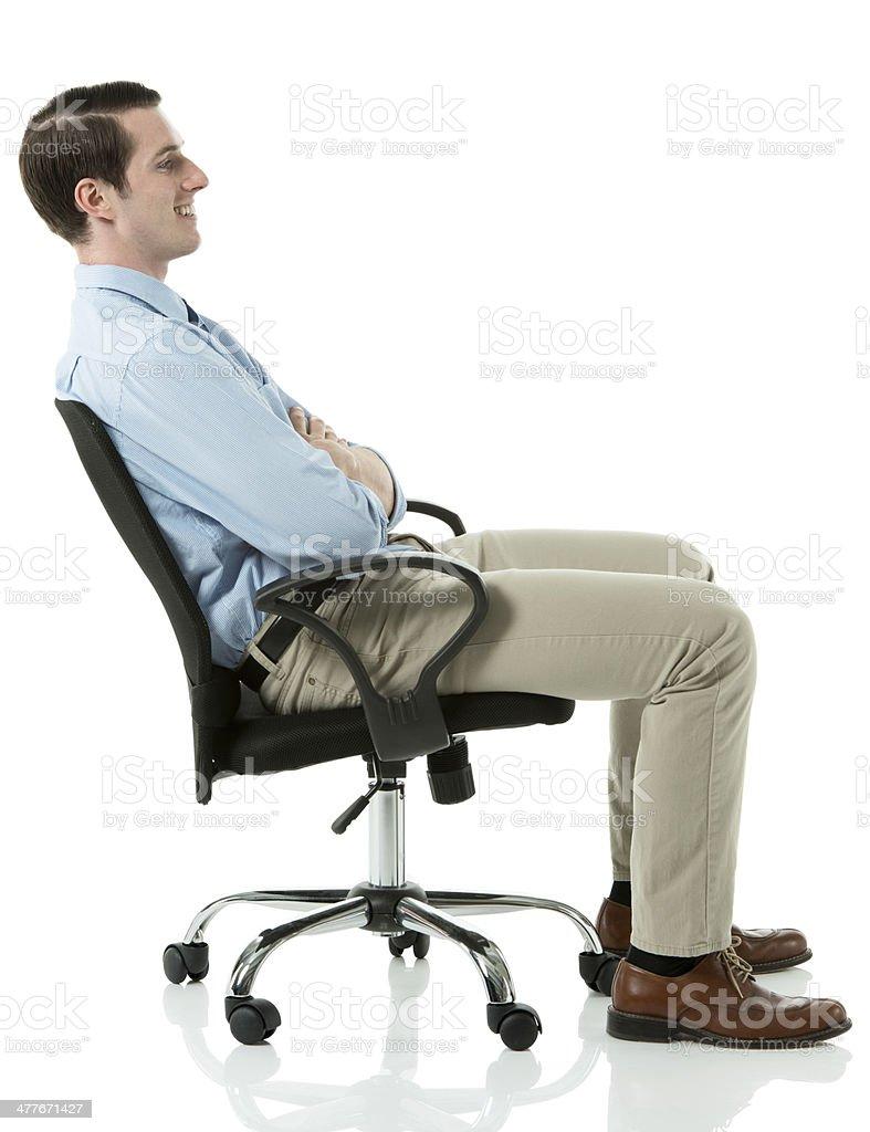 seitenansicht von l chelnd gesch ftsmann auf einem stuhl sitzend stock fotografie und mehr. Black Bedroom Furniture Sets. Home Design Ideas