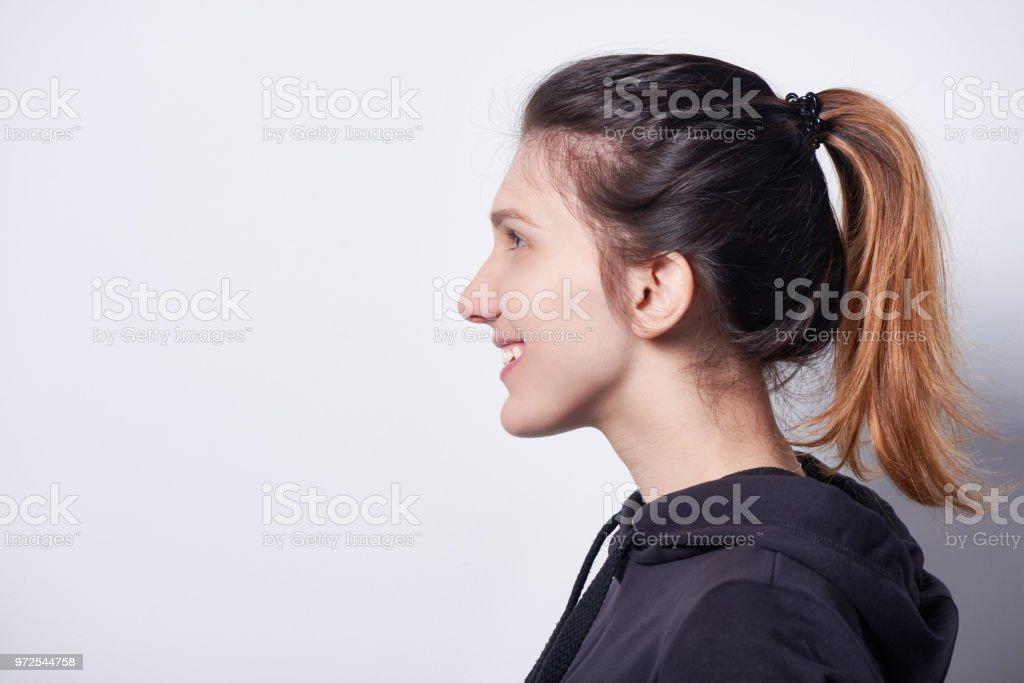 Seitenansicht der lächelnde Frau freut sich – Foto