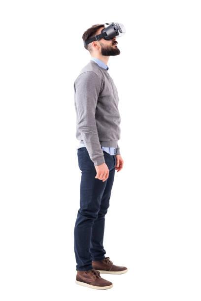 Lunettes de vue latérale sans voix jeune homme ayant la réalité virtuelle expérience levant au-dessus - Photo