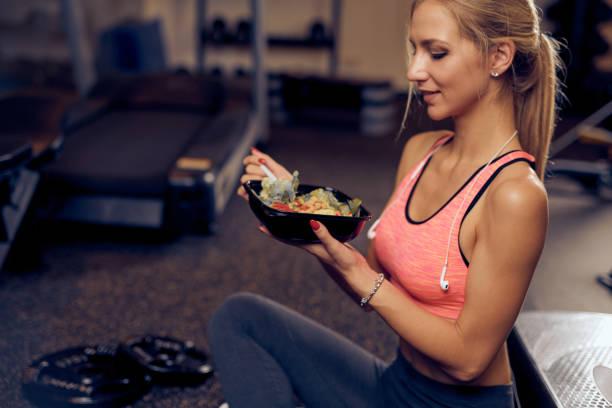 Seitlicher Blick auf Frau gesunde Ernährung im Fitness-Studio. – Foto